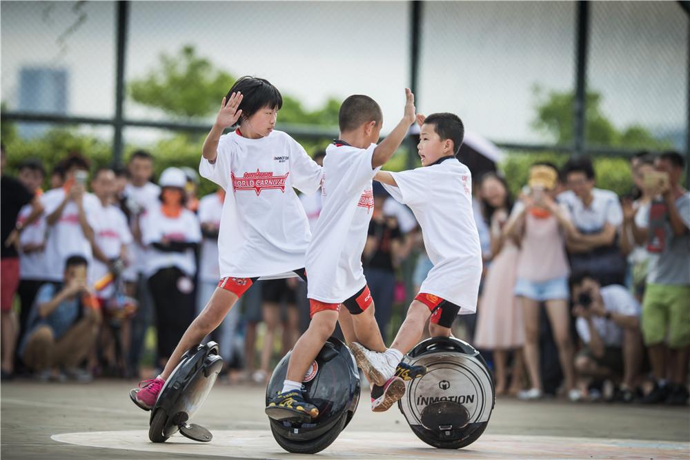 全球花样平衡车大赛深圳开赛,近百名独轮玩家对战深圳湾